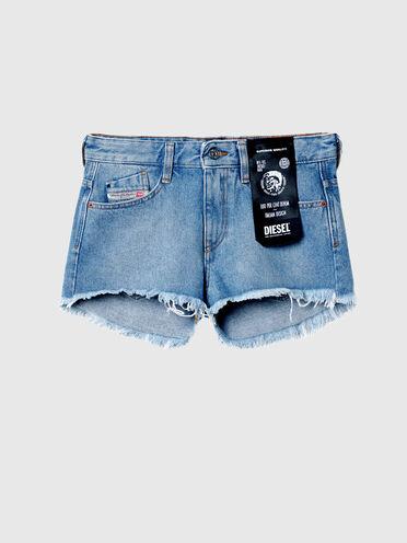 Shorts con taglio a vivo in denim lavato