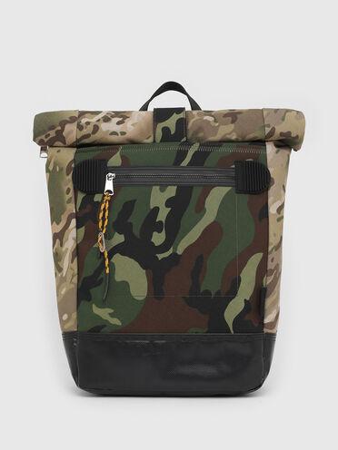 Zaino con chiusura arrotolata e stampe camouflage